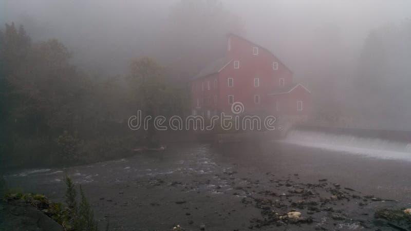 Molino rojo en niebla foto de archivo libre de regalías