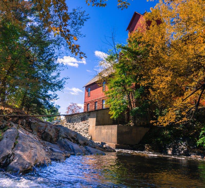 molino viejo con el río fotografía de archivo libre de regalías
