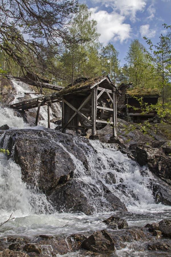 Molino viejo en la cascada imagen de archivo