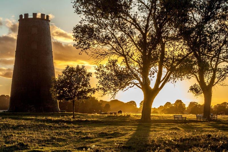 Molino viejo en la puesta del sol fotografía de archivo libre de regalías