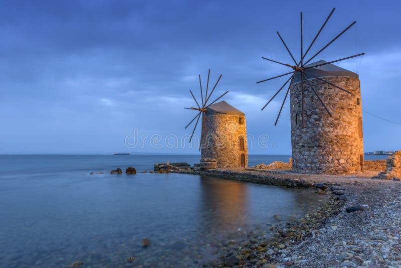 Molinoes de viento antiguos de Quíos en la noche fotos de archivo