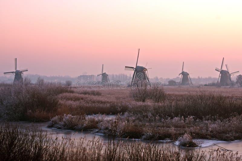 Molinoes de viento antiguos en el Kinderdijk en Holanda imagen de archivo libre de regalías