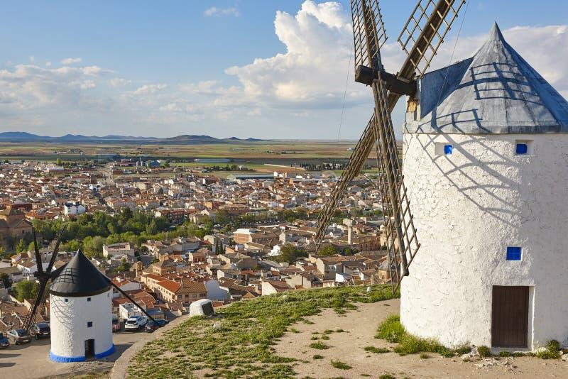 Molinoes de viento antiguos tradicionales en España Consuegra, Toledo fotos de archivo