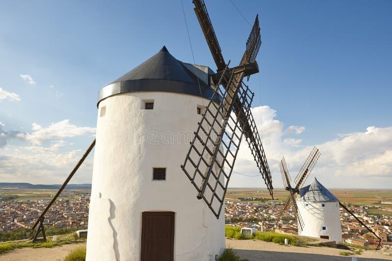 Molinoes de viento antiguos tradicionales en España Consuegra, Toledo imagen de archivo