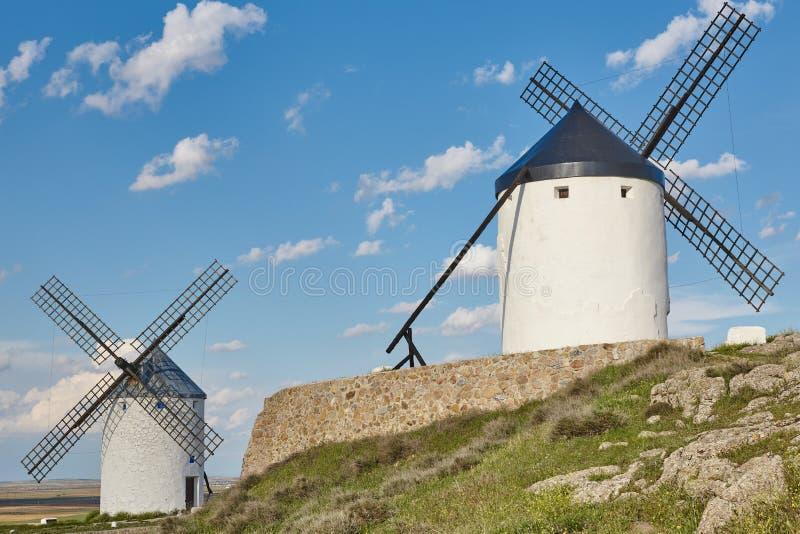 Molinoes de viento antiguos tradicionales en España toledo imagenes de archivo