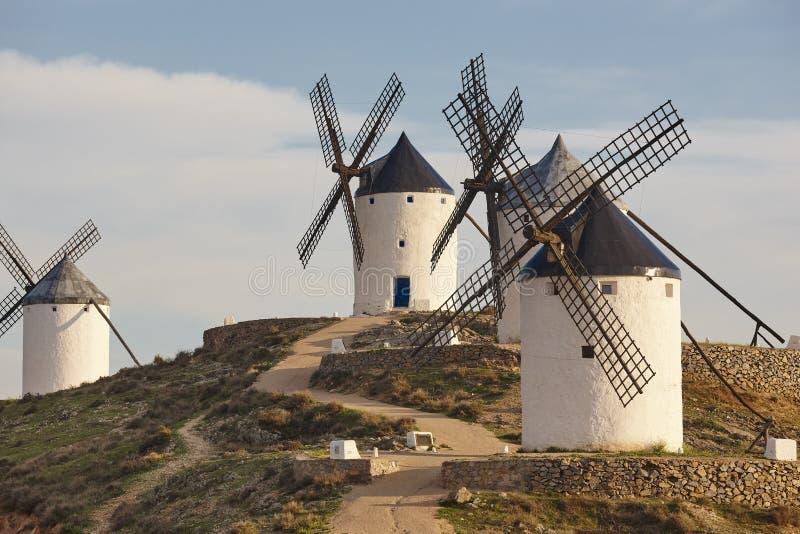 Molinoes de viento antiguos tradicionales en España toledo fotografía de archivo