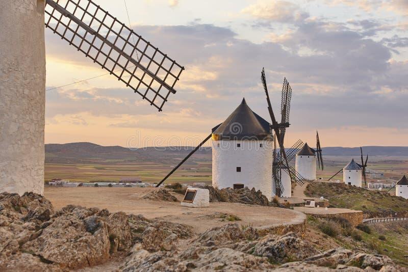 Molinoes de viento antiguos tradicionales en la puesta del sol en España Consuegra, Toledo fotos de archivo libres de regalías