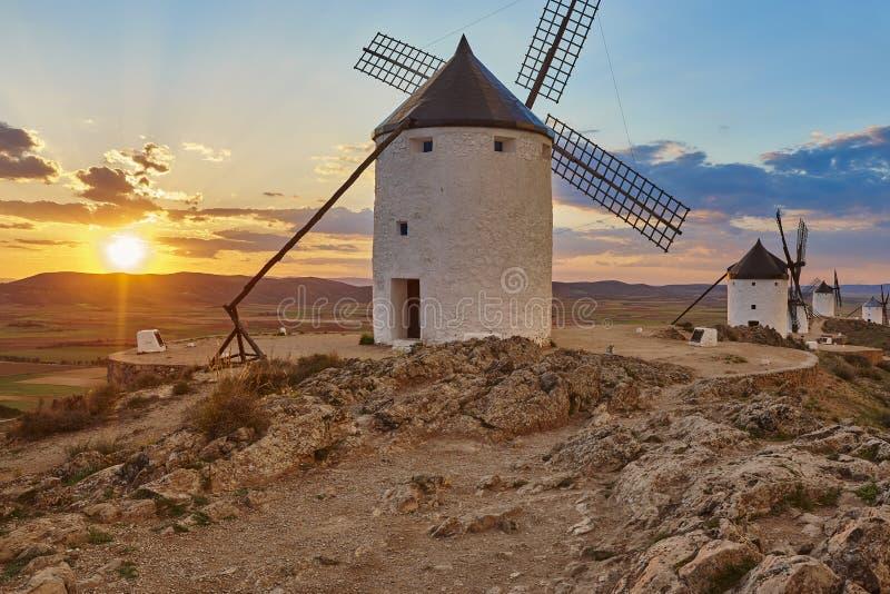 Molinoes de viento antiguos tradicionales en la puesta del sol en Espa?a Consuegra, Toledo fotos de archivo