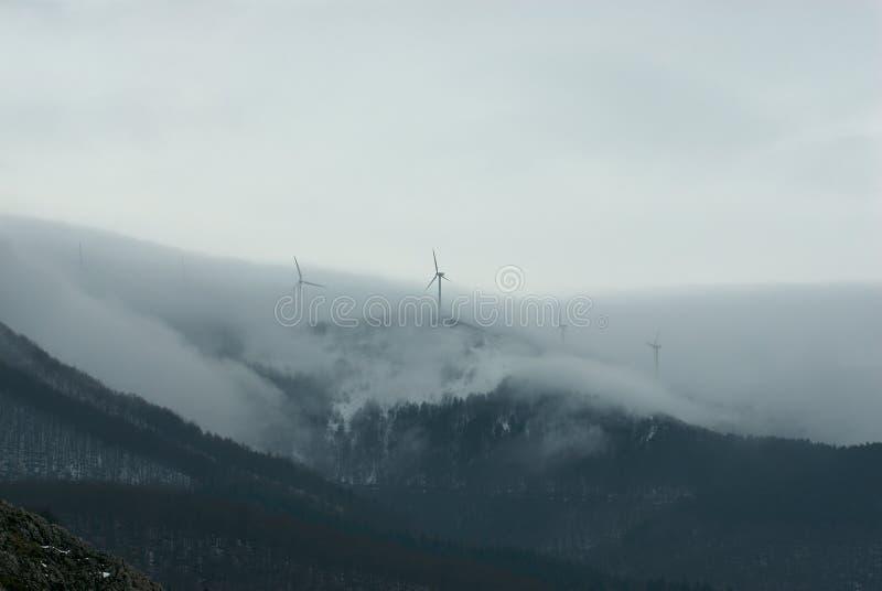 Molinoes de viento de la niebla foto de archivo libre de regalías