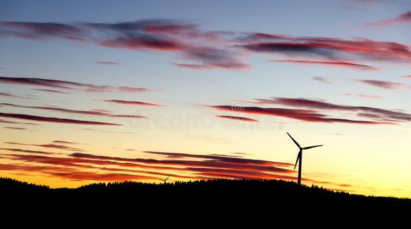 Molinoes de viento de la puesta del sol fotografía de archivo libre de regalías