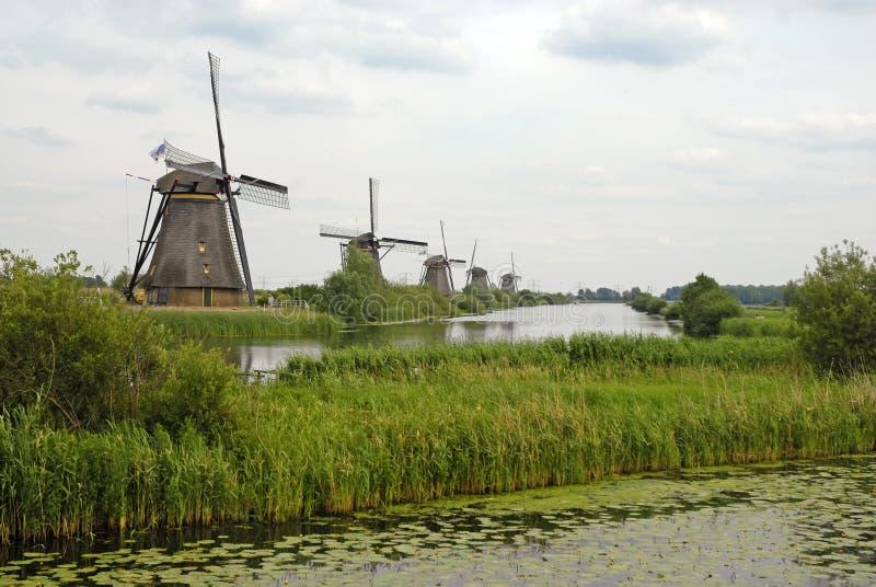 Molinoes de viento de madera del vintage en Kinderdijk, Holanda foto de archivo libre de regalías