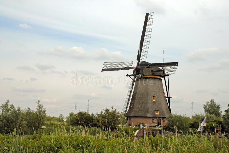 Molinoes de viento de madera del vintage en Kinderdijk, Holanda imagenes de archivo