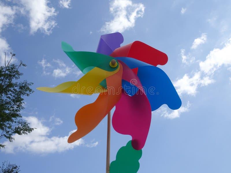 Molinoes de viento decorativos y coloridos del hilandero del molinillo de viento fotografía de archivo libre de regalías