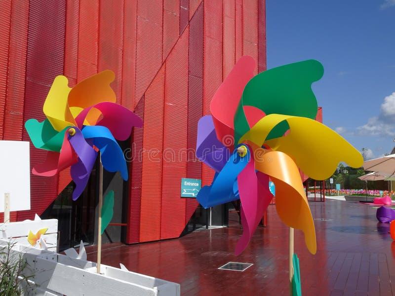 Molinoes de viento decorativos y coloridos del hilandero del molinillo de viento fotografía de archivo