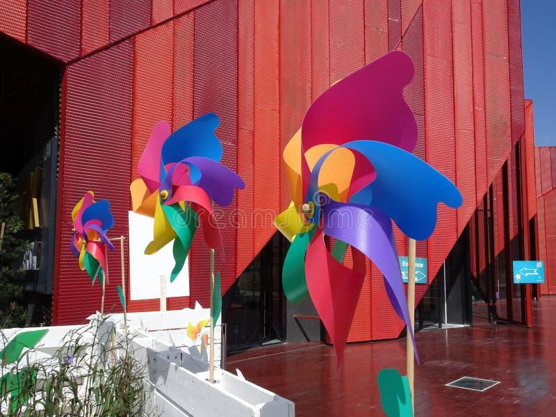 Molinoes de viento decorativos y coloridos del hilandero del molinillo de viento imagenes de archivo