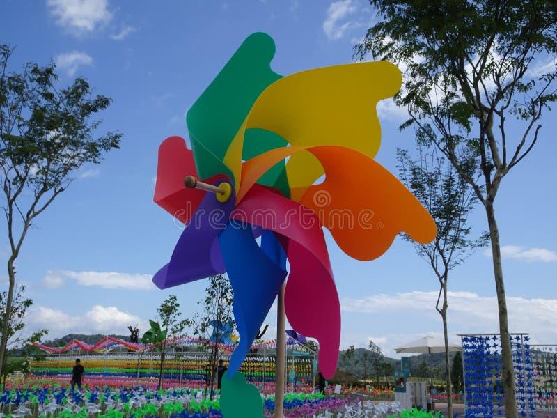 Molinoes de viento decorativos y coloridos del hilandero del molinillo de viento imagen de archivo
