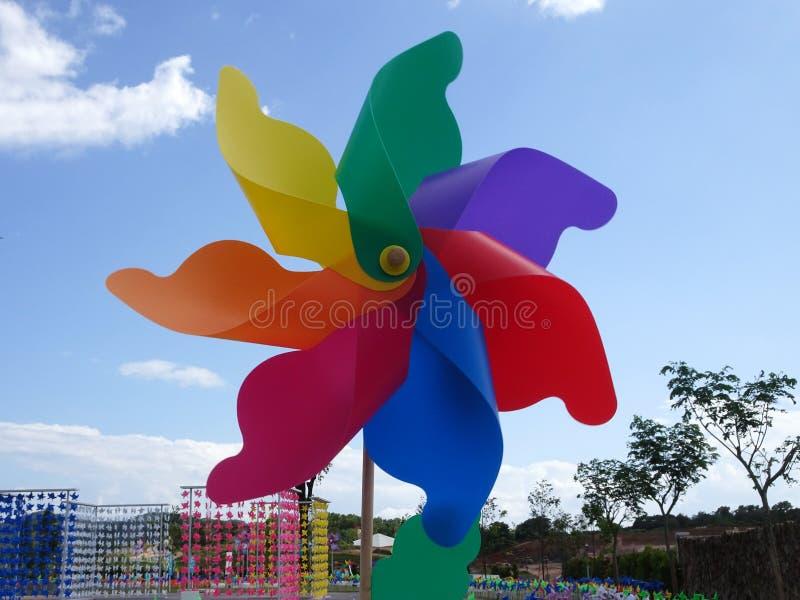 Molinoes de viento decorativos y coloridos del hilandero del molinillo de viento foto de archivo