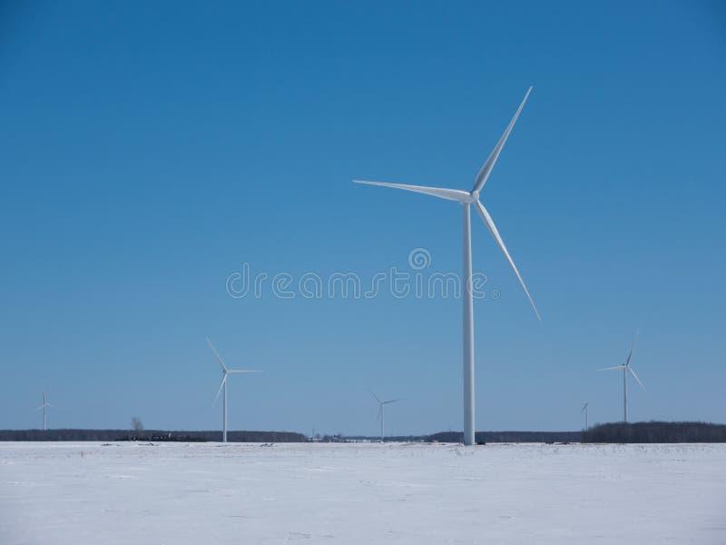 Molinoes de viento del invierno imagenes de archivo