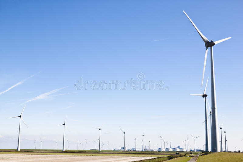 Molinoes de viento en el paisaje industrial de Groninger, Holanda foto de archivo libre de regalías