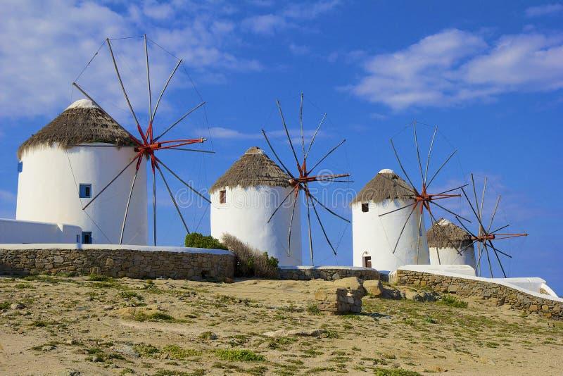 Molinoes de viento en la ciudad de Mykonos, Grecia foto de archivo