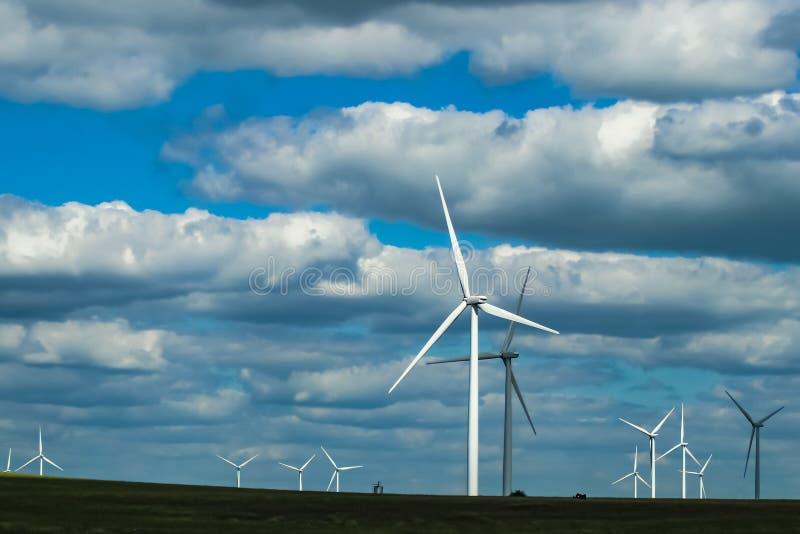 Molinoes de viento en los llanos de Oklahoma debajo de un cielo nublado dramático imagen de archivo