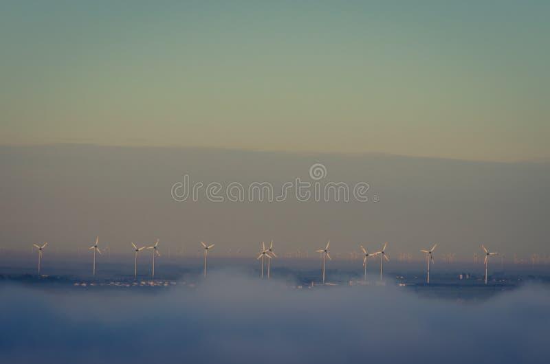 Molinoes de viento en niebla fotos de archivo libres de regalías