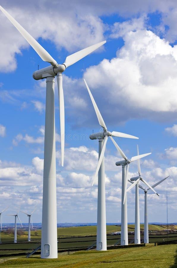 Molinoes de viento en windfarm fotos de archivo