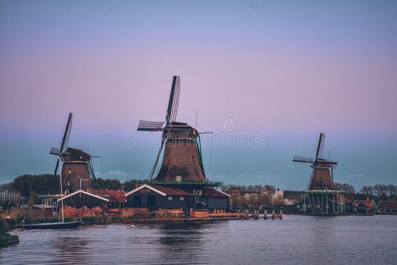 Molinoes de viento en Zaanse Schans en Holanda en crepúsculo después de la puesta del sol imágenes de archivo libres de regalías
