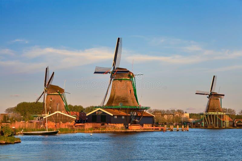Molinoes de viento en Zaanse Schans en Holanda en crepúsculo en puesta del sol Zaa foto de archivo