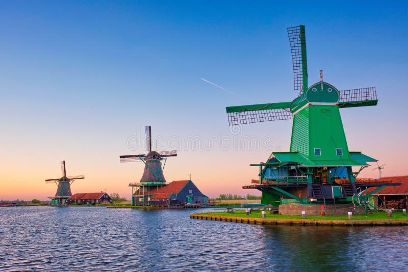 Molinoes de viento en Zaanse Schans en Holanda en puesta del sol Zaandam, Países Bajos fotos de archivo libres de regalías