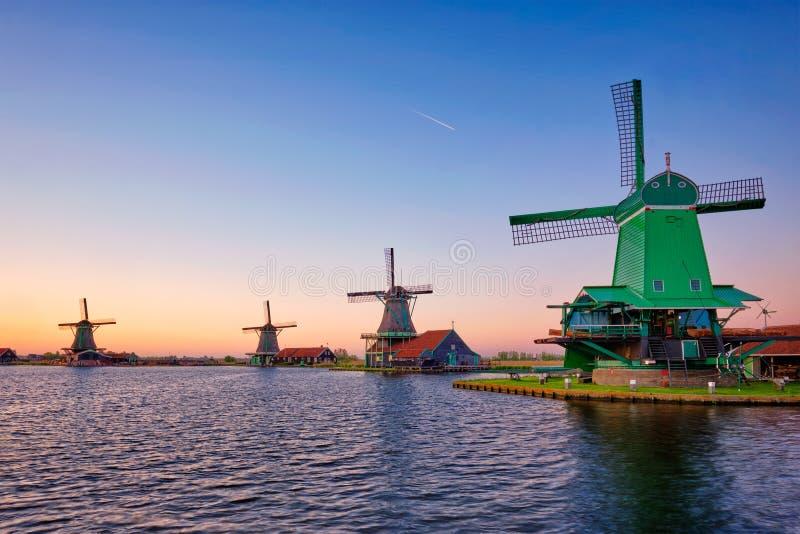 Molinoes de viento en Zaanse Schans en Holanda en puesta del sol Zaandam, Países Bajos foto de archivo