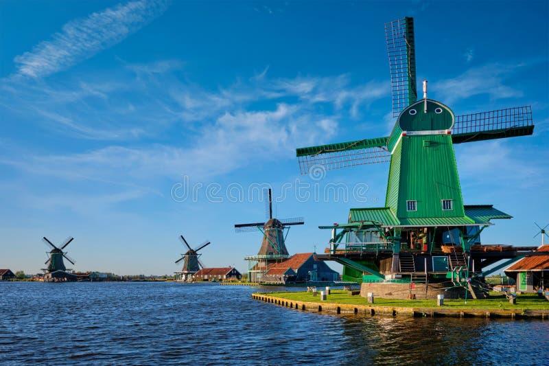 Molinoes de viento en Zaanse Schans en Holanda en puesta del sol Zaandam, Países Bajos imagenes de archivo