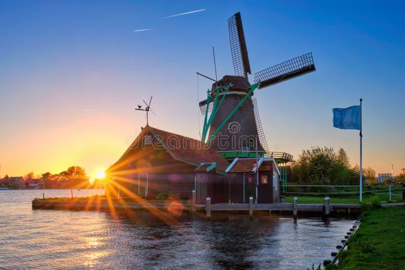 Molinoes de viento en Zaanse Schans en Holanda en puesta del sol Zaandam, Países Bajos imagen de archivo libre de regalías