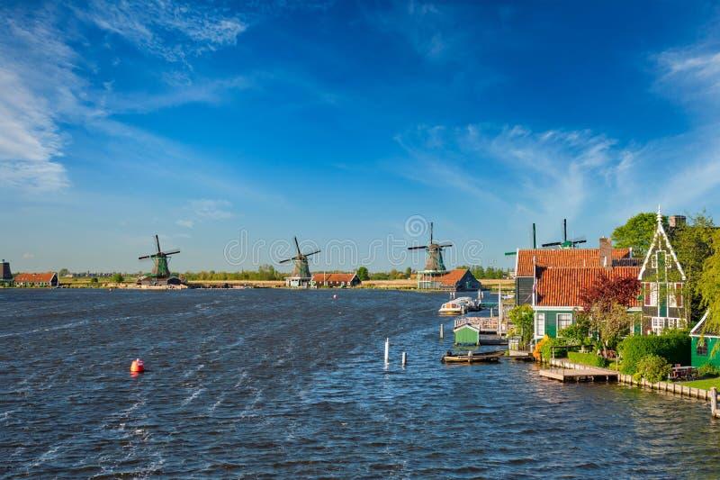 Molinoes de viento en Zaanse Schans en Holanda Zaandam, Países Bajos fotos de archivo