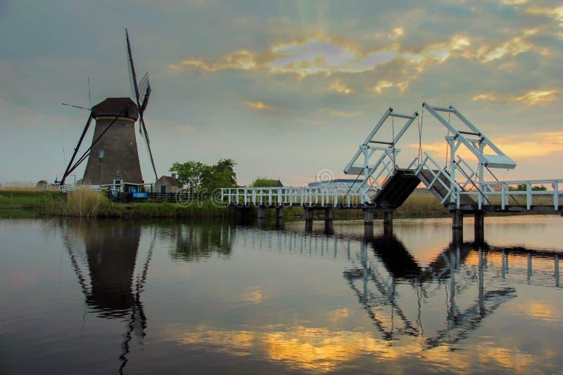 Molinoes de viento holandeses con reflexiones del canal en Kinderdijk, Países Bajos imagen de archivo