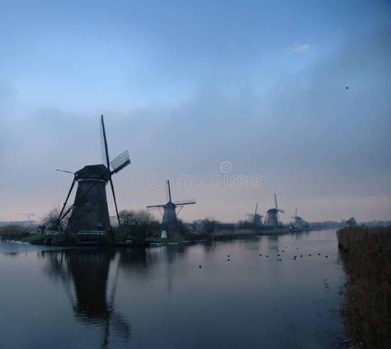 Molinoes de viento holandeses históricos en invierno imágenes de archivo libres de regalías