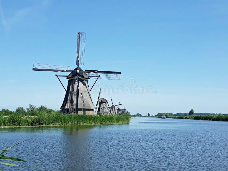 Molinoes de viento holandeses tradicionales en Kinderdijk, Holanda fotografía de archivo