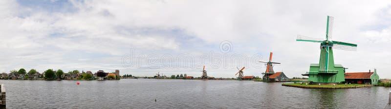 Molinoes de viento holandeses y casas tradicionales en el río de Zaans en Zaanse Schans, Países Bajos fotografía de archivo