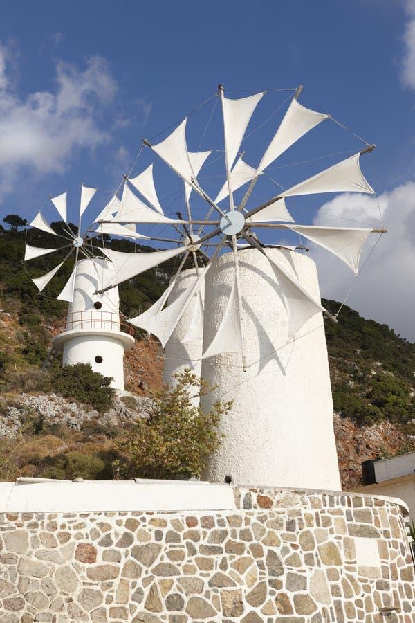 Molinoes de viento tradicionales cerca de la meseta de Lasithi crete Grecia imagen de archivo libre de regalías