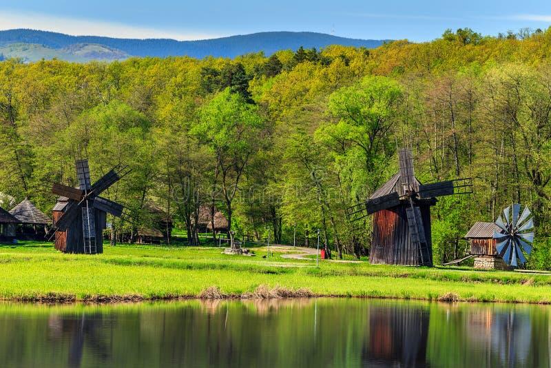 Molinoes de viento viejos tradicionales, Astra Museum, Sibiu, Transilvania, Rumania, Europa fotografía de archivo libre de regalías
