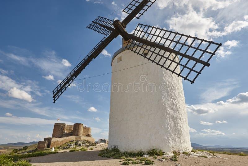 Molinoes de viento y castillo en España antiguos tradicionales toledo fotos de archivo libres de regalías