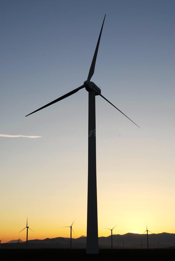 Molinoes de viento y puesta del sol imágenes de archivo libres de regalías