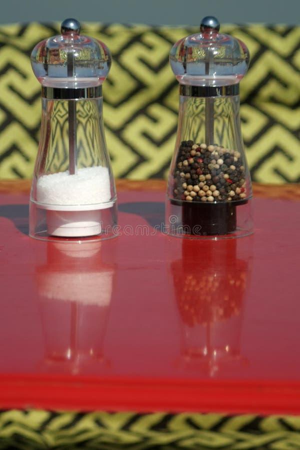 Molinos de cristal para la sal y la pimienta imagenes de archivo