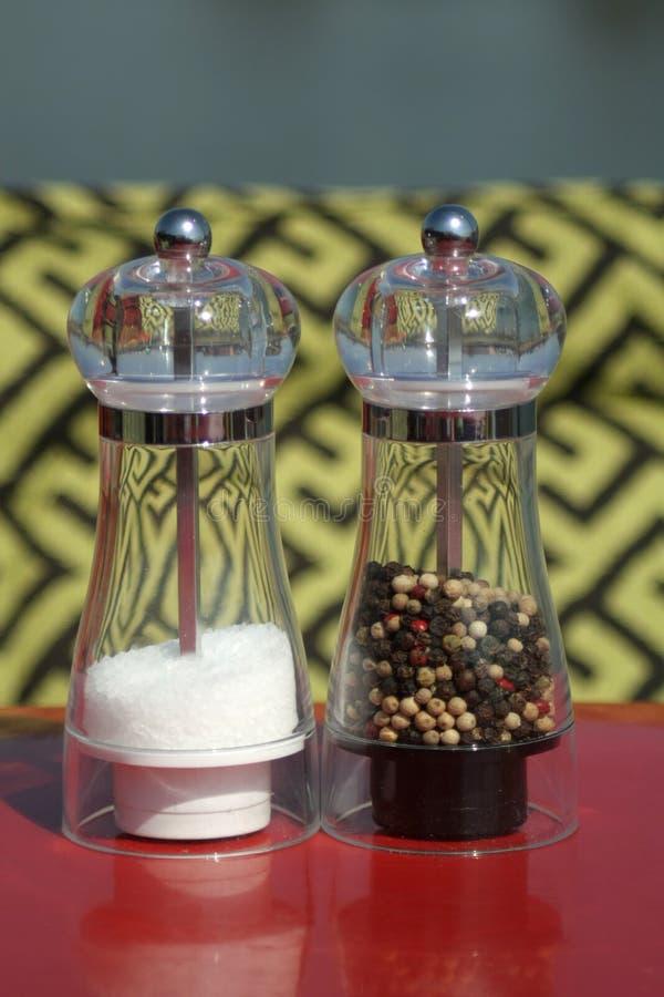 Molinos de cristal para la sal y la pimienta foto de archivo