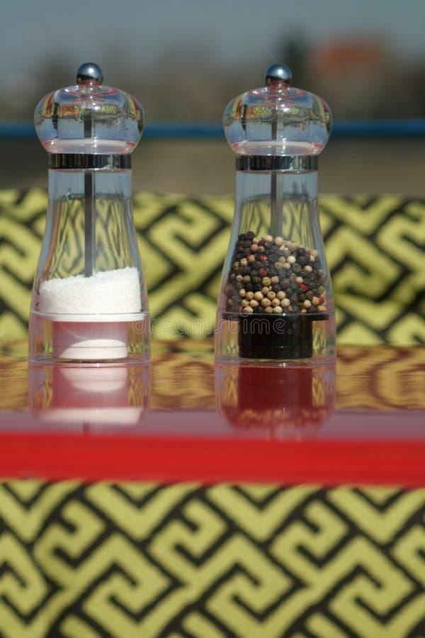 Molinos de cristal para la sal y la pimienta imagen de archivo