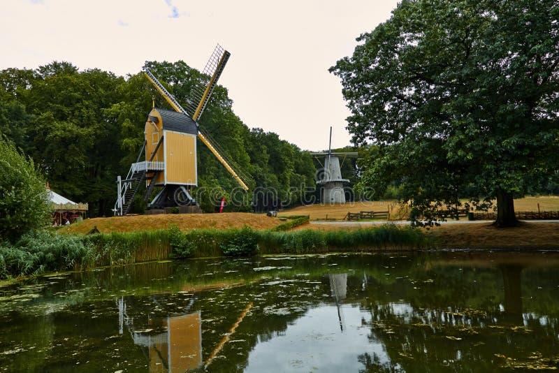 Molinos de viento cerca de un lago en Arnhem Países Bajos julio imagen de archivo libre de regalías