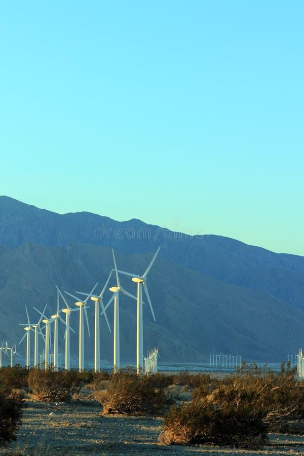 Molinos de viento en la oscuridad; Copyspace foto de archivo