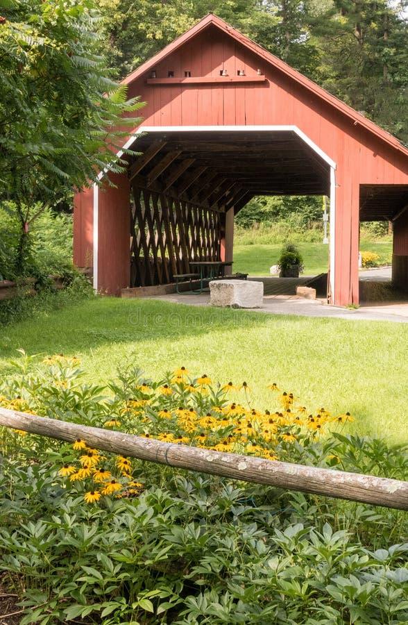 Molkerei-überdachte Brücke lizenzfreies stockfoto