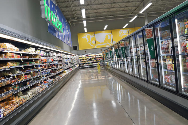 Molkerei und fozen Lebensmittelkorridor in der Abwehr auf Nahrungsmitteln stockfoto