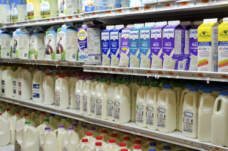 Molkereiabschnitt des Supermarktes lizenzfreie stockfotos